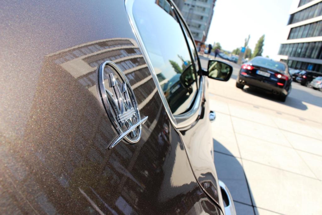 Maserati-Logo auf C-Säule