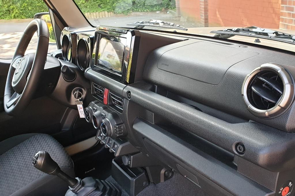 Suzuki Jimny Armaturenbrett mit Haltegriff