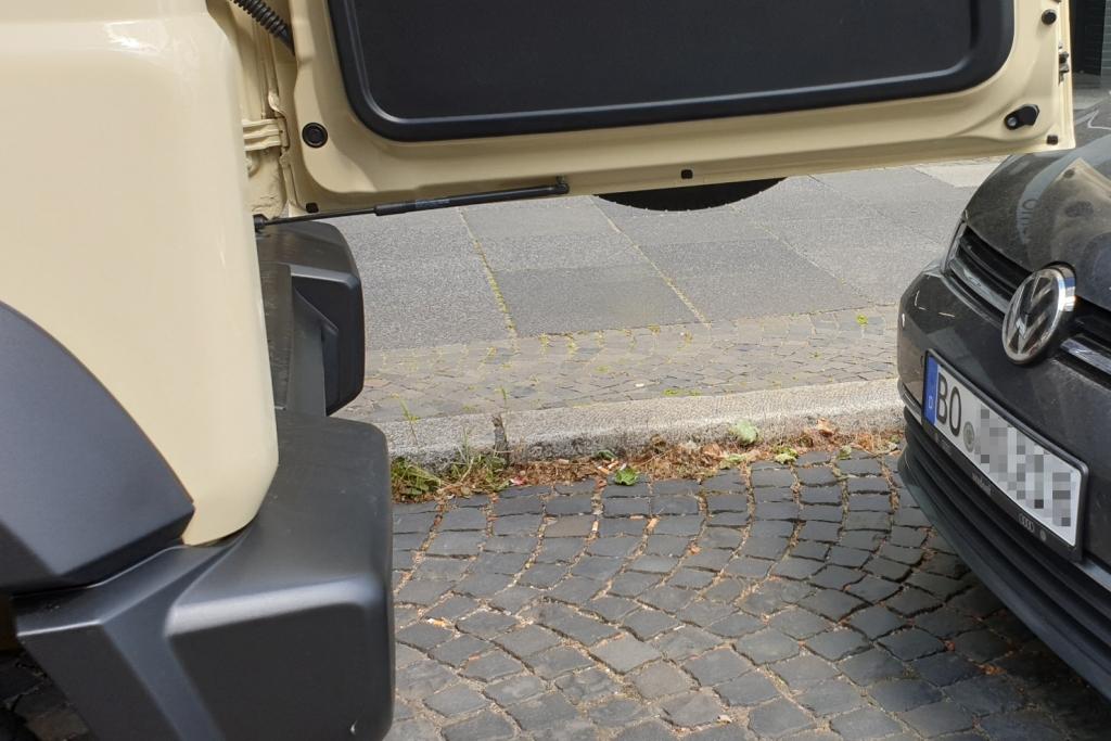 Suzuki Jimny Hecktür in Parklücken