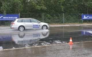 Bremstest auf nasser Fahrbahn