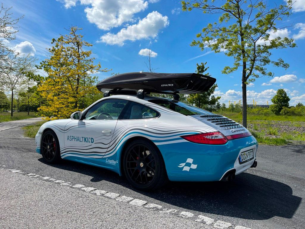 Asphaltkind Porsche mit Dachbox