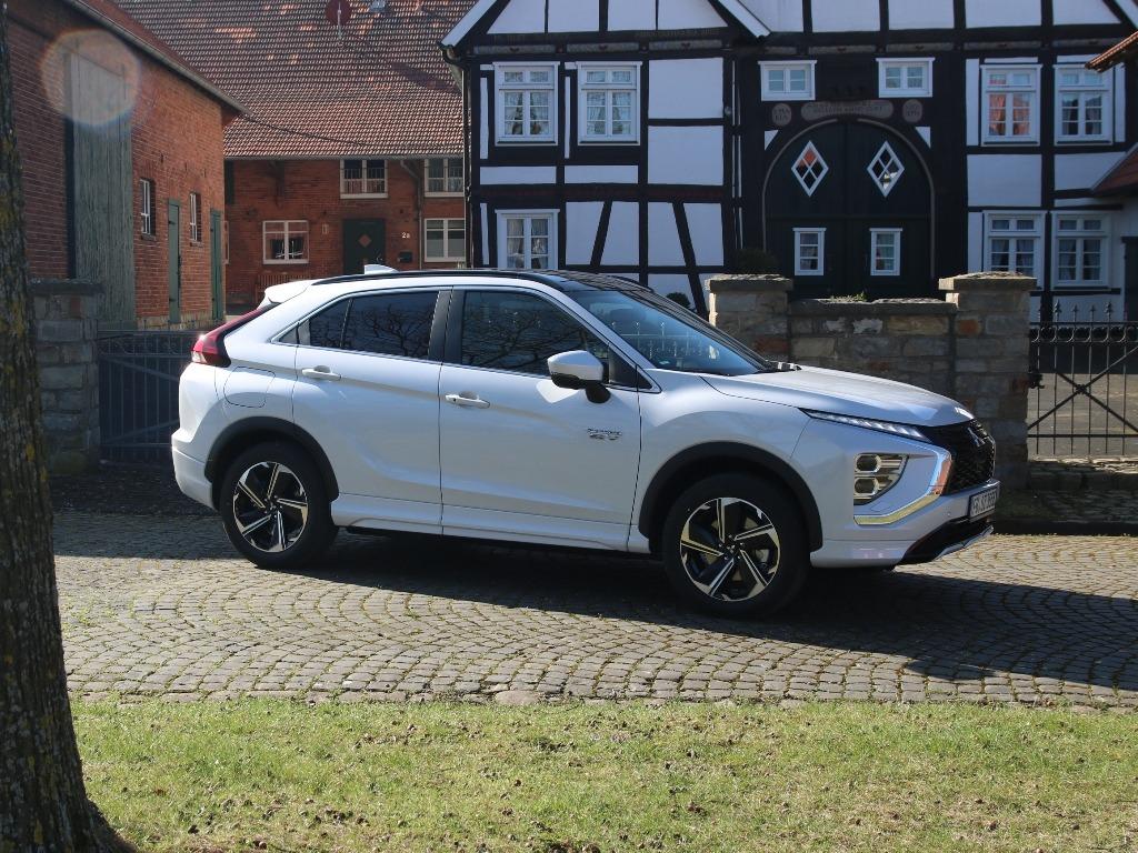 Mitsubishi Eclipse Cross Plug-in Hybrid (Facelift) 2021/2022 in Titan-Weiß Premium-Metallic