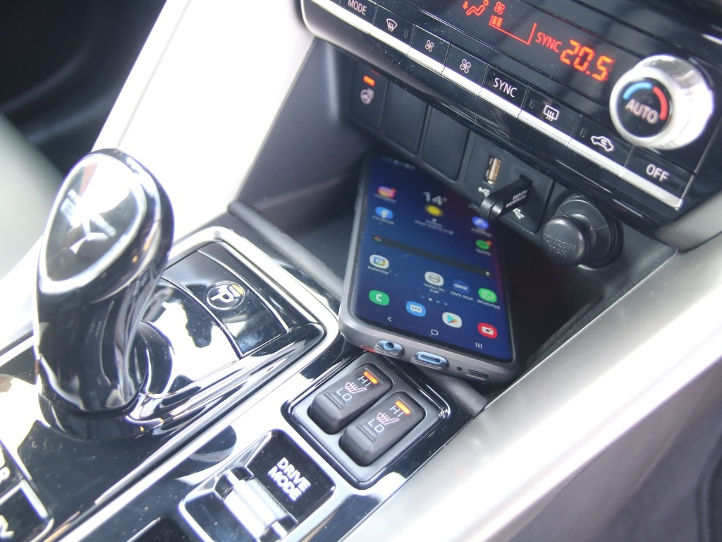 Ablagefach für Smartphones in der Mittelkonsole und Sitzheizung