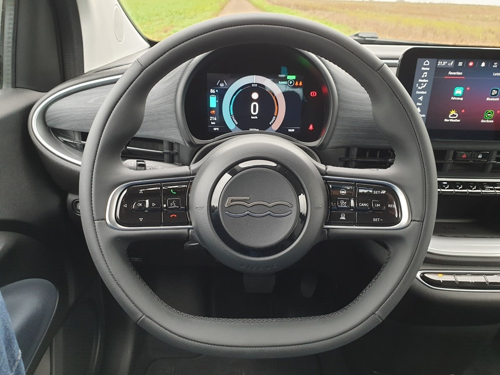 2-Speichen Lenkrad (318) im neuen Fiat 500 mit Digitaltacho