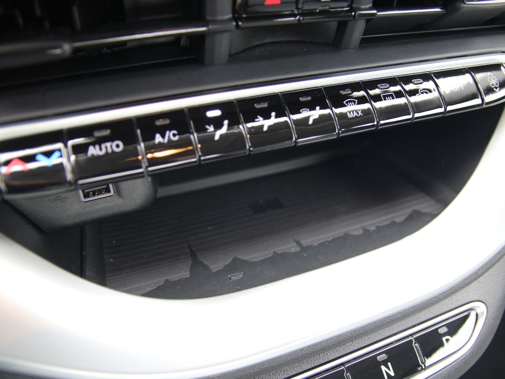 Easteregg, Skyline Turin, Fiat 500, induktive Ladeschale für Smartphones, QI, Armaturenbrett