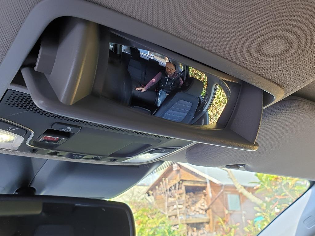Familienauto: Brillenfach im Dachhimmel mit integriertem Spiegel