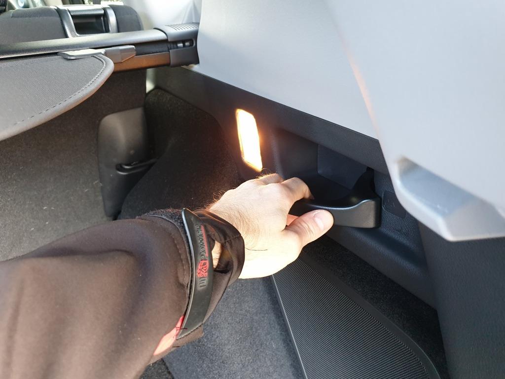 Fernentriegelung für umklappbare Rücksitzbank (Kofferraum)