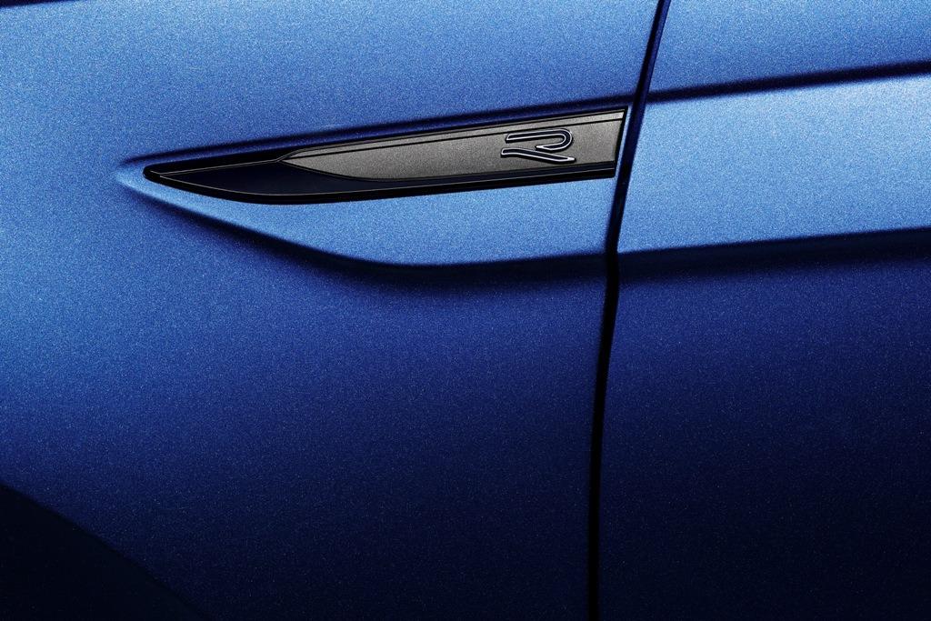 R-Line Emblem am Kotflügel, lackiert in Reef Blue