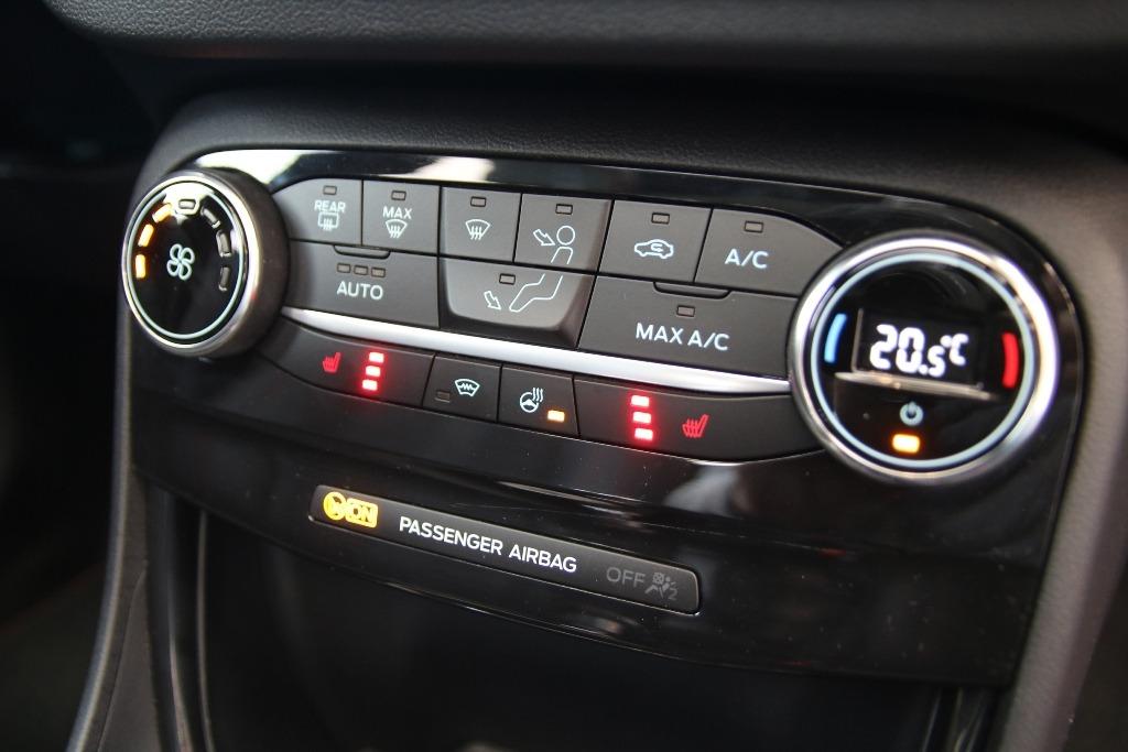 Sitzheizung und Lenkradheizung am Klimabedienteil im Ford Puma (Klimaautomatik)