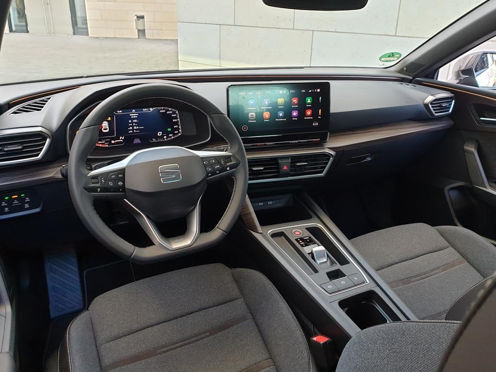 Seat Leon Xcellence mit DSG, Armaturenbrett Lounge-Design Grau/Braun und Virtual Cockpit (PFK)