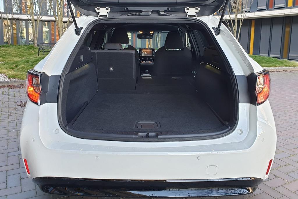 Kofferraum mit ebener Ladefläche bei umgelegter Rückenlehne der Sitzbank