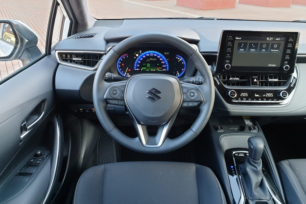 Lenkrad und Digitaltacho im Suzuki Swace, Armaturenbrett (Comfort+)