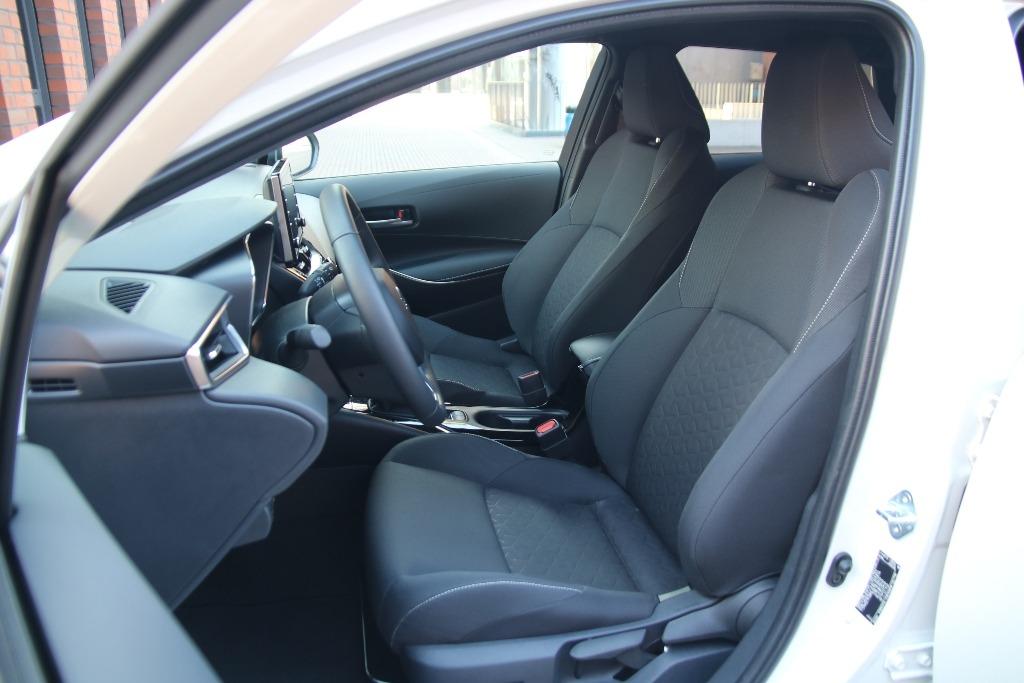 Suzuki Swace Innenraum (Fahrersitz) in der Comfort+ Ausstattung mit Stoff-Polster