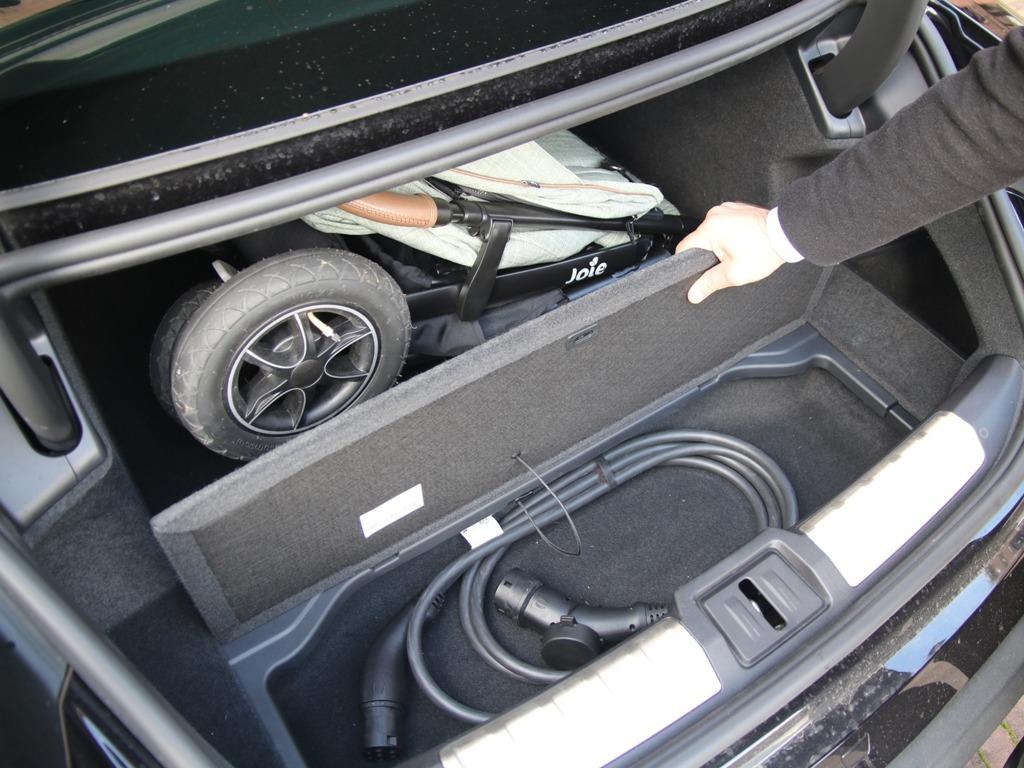 Beladener Kofferraum mit Kinderwagen, Staufach mit Ladekabel