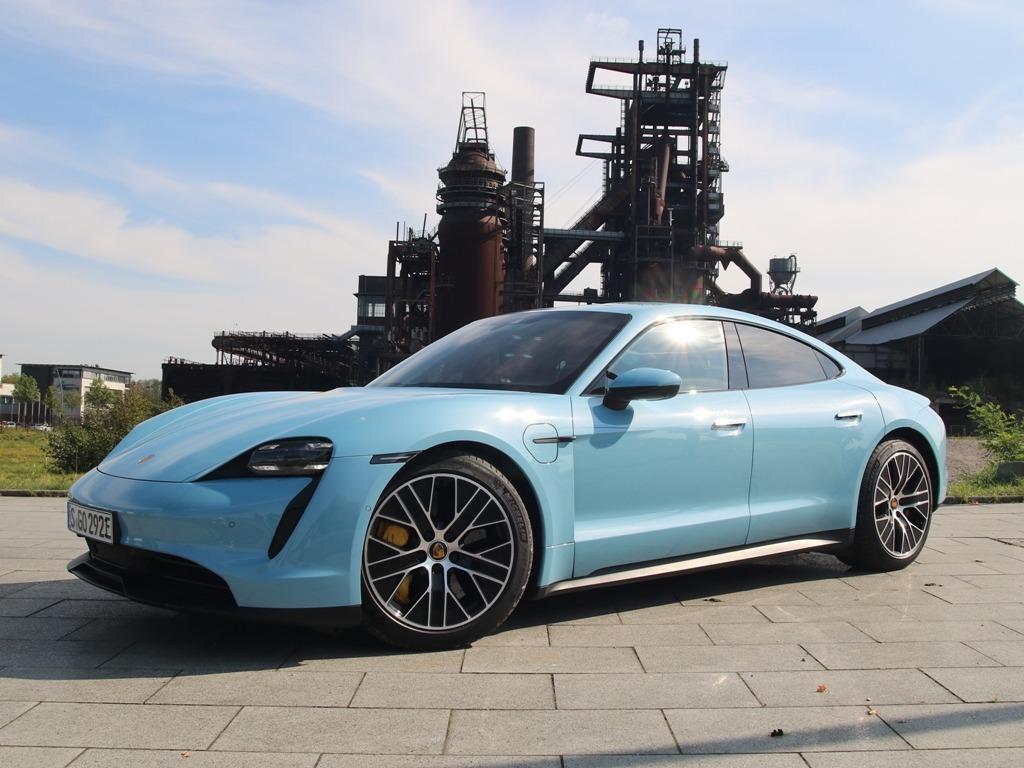 Porsche Taycan in Dortmund am Phönix-West-Gelände in Dortmund