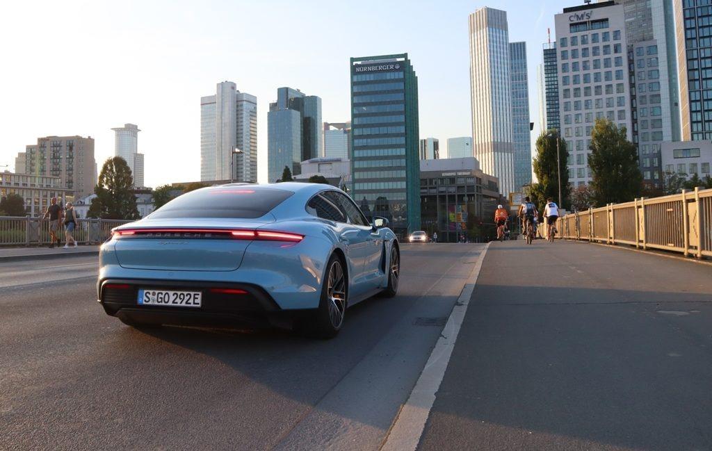 Taycan 4S Frankfurt Skyline