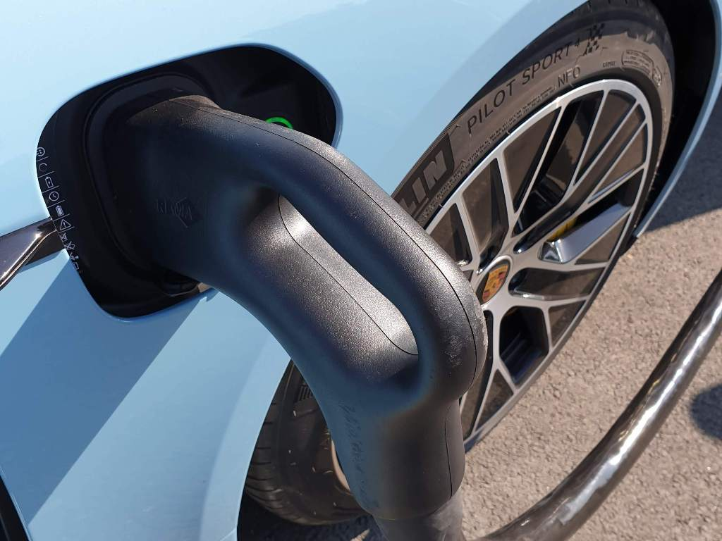 Porsche Taycan CCS Ladeanschluss, Taycan S Aero Räder