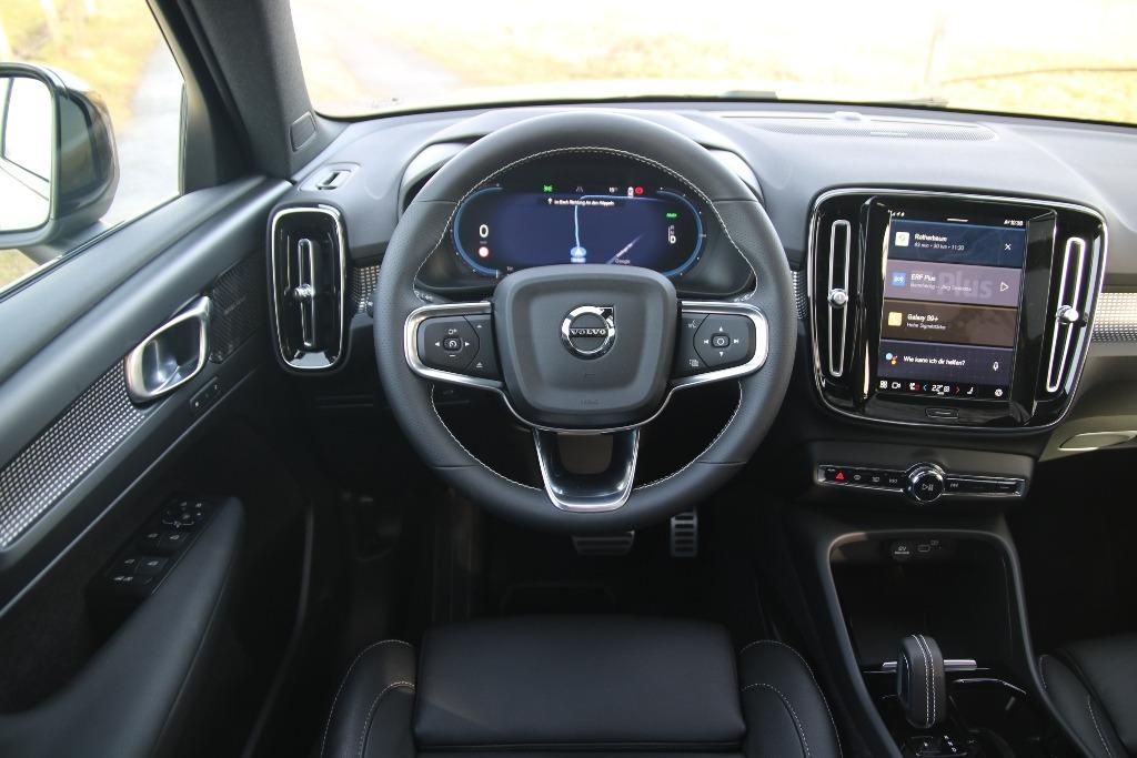 Lenkrad und Armaturenbrett im Volvo XC40 Elektro (Modelljahr 2021)