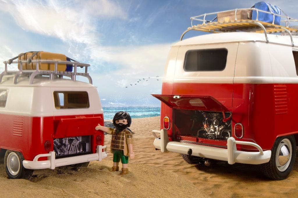 Volkswagen T1 Camper Bus mit 4-Zylinder Boxer Motor - Playmobil-Modell und Original