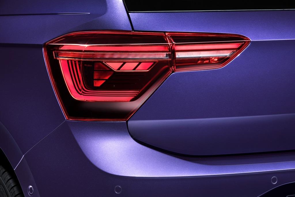 zweigeteilte LED-Rückleuchten beim Faceliftmodell des Polo in der Lackierung Vibrant Violet