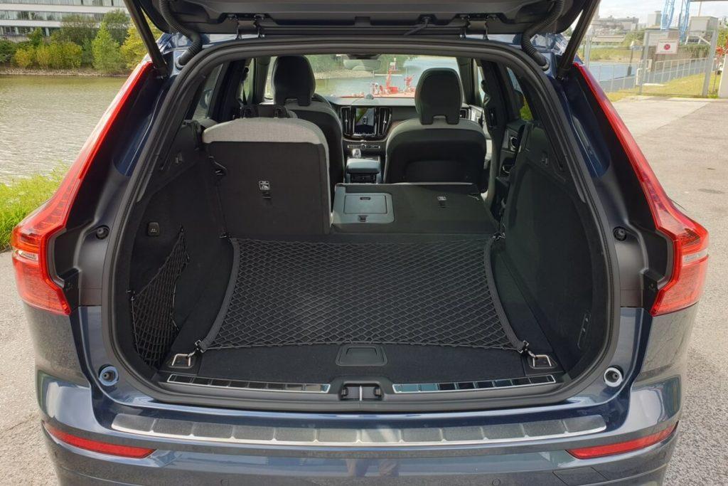 Kofferraum mit ebener Ladefläche und Gepäcknetz