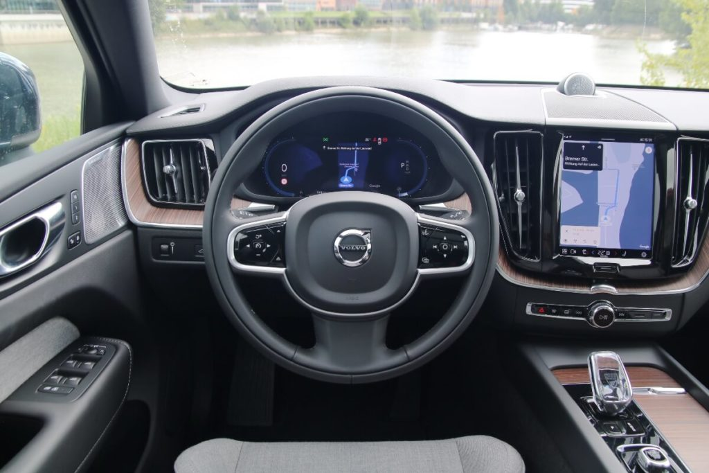 Lenkrad und neues Digitalcockpit im Volvo XC60 Inscription 2022